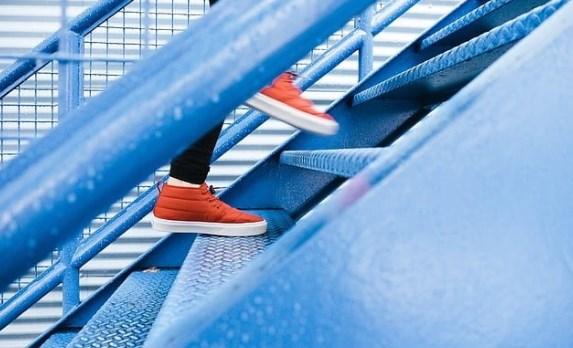 arti mimpi naik tangga bersama anak